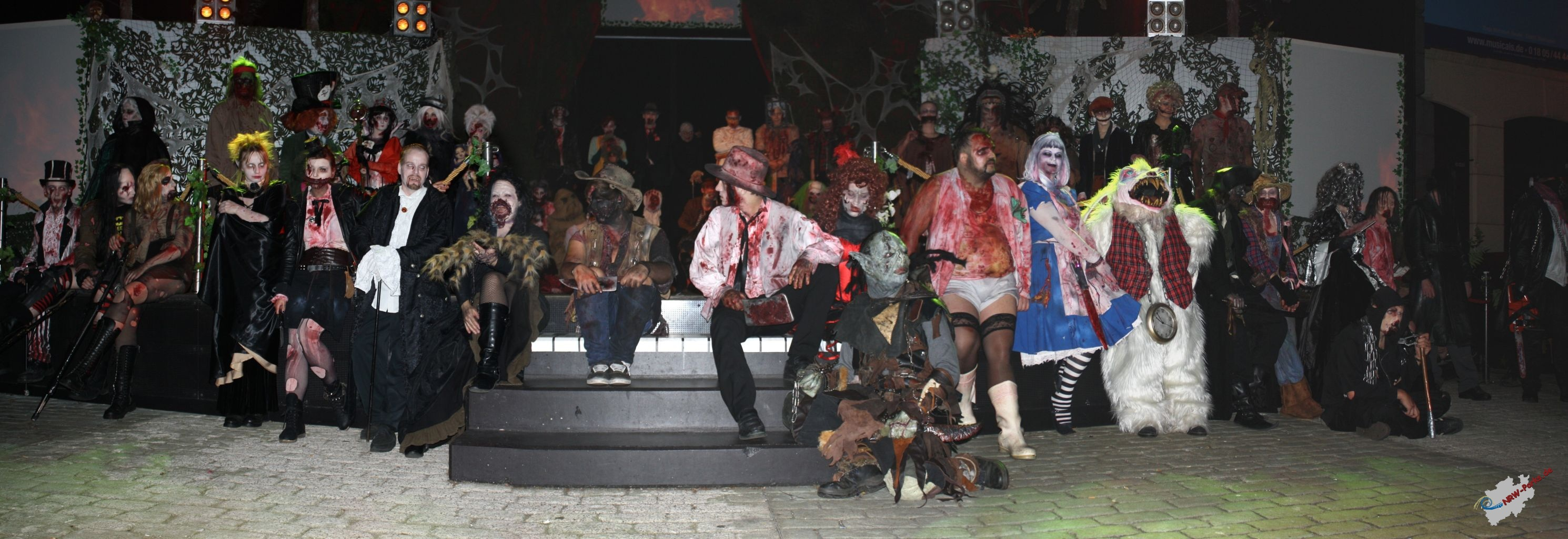 Gruppenfoto der Monster vom Halloween Horror Fest